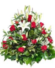 Centro de 24 rosas rojas y lillium
