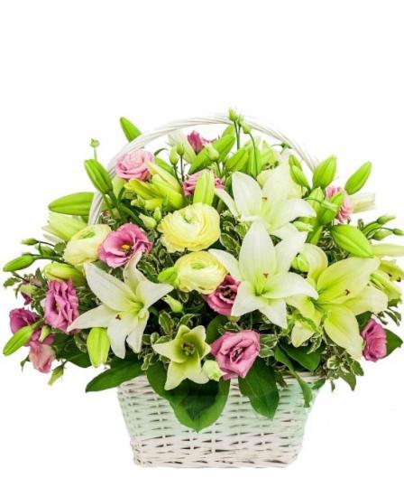 Cesta de flores variadas tonos claros