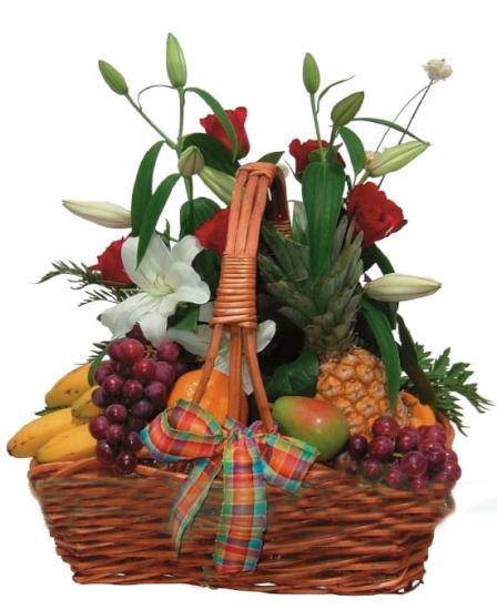 Cesta de frutas con rosas y lirios