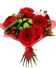 Ramo de rosas rojas y gerberas