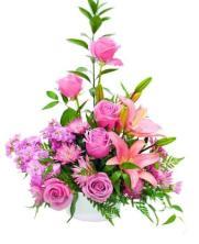 Centro de seis rosas rosas y lirios